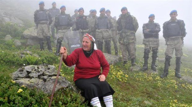 Karadeniz Bölgesi'nde 8 ilin yaylalarını birbirine bağlayacak Yeşil Yol Projesi için iş makinelerinin geçeceği güzergahın önüne elinde sopasıyla oturan Havva Bekar, 'Vali, Kaymakam kimdir? Ben, ben, ben, halkım ben' diye isyan etmişti.