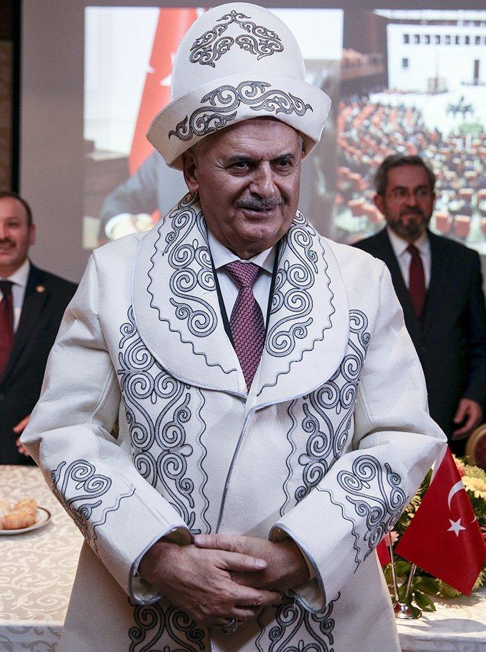TBMM Başkanı Binali Yıldırım, Kırgızistan'ın başkenti Bişkek'teki temaslarına dün de devam etti. Ahıska Türkleri ile buluşan Yıldırım'a Kırgızistan ulusal kıyafeti ve kalpağı hediye edildi.