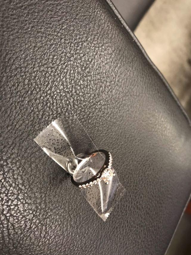 New York polisi sosyal medya aracılığıyla yüzüğün sağlam ve temiz bir şekilde sahibini beklediğini duyurdu.