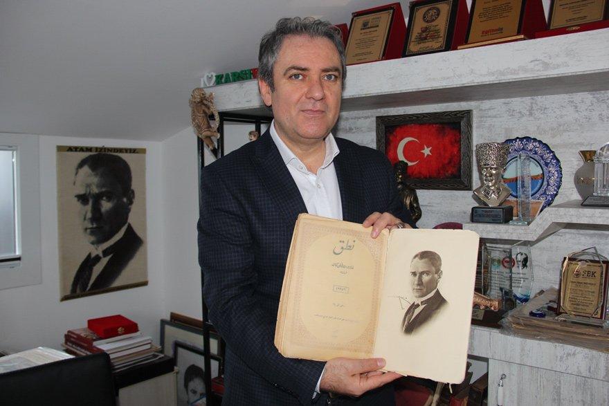İŞTE NUTUK'UN 1927 YILINDAKİ İLK BASKISI Tarihçi yazar Sinan Meydan'ın çalışma odasında dev bir kütüphane bulunuyor. Elinde tuttuğu ise 1927 tarihli, Nutuk'un ilk orijinal baskısı... Meydan'ın kütüphanesinde çok sayıda tarihi belge de yer alıyor.