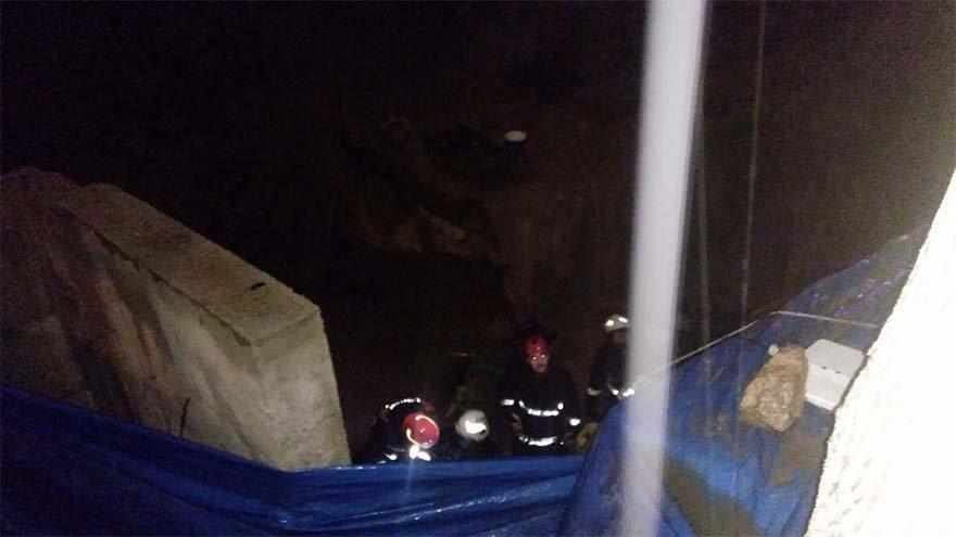 FOTO: İHA- Girdikleri kanalizasyon borusunda gazdan zehirlenen 6 işçiden 5'i çıkarıldı.