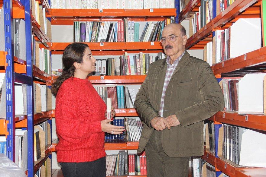 """YAŞADIKLARIMIZ ARAP BAHARI'NDA YAPTIĞIMIZ HATALARIN BİR SONUCU Suriye doğumlu Hüsnü Mahalli, yüksek öğrenimini, lisans üstü eğitimini ve doktorasını İstanbul Üniversitesi'nde tamamladı. Doktora tezini """"Türk-Arap ilişkileri"""" üzerine yazan Mahalli, şu anda Korkusuz Gazetesi'nin köşe yazarlarından. Mahalli, son kitabı 'Dağınık Düşünceler'i Hande Zeyrek'e anlatırken, Arap Baharı'ndan bugüne yaşananları değerlendirdi. """"Hepsi 2011'de Arap Baharı'nda yaptığımız hataların sonucudur"""" dedi."""