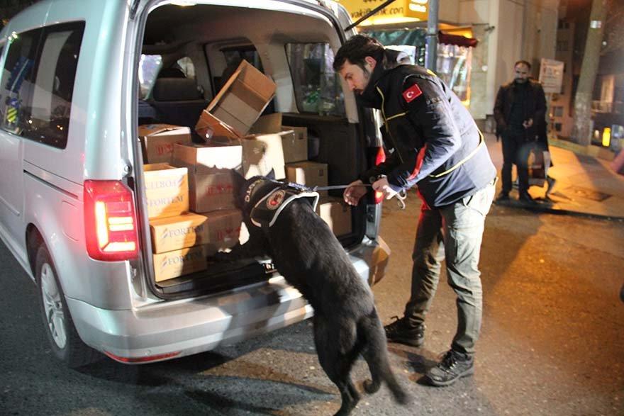 FOTO: AA- Uygulamada narkotik köpekleri de araçlardaki aramalara katılıyor.