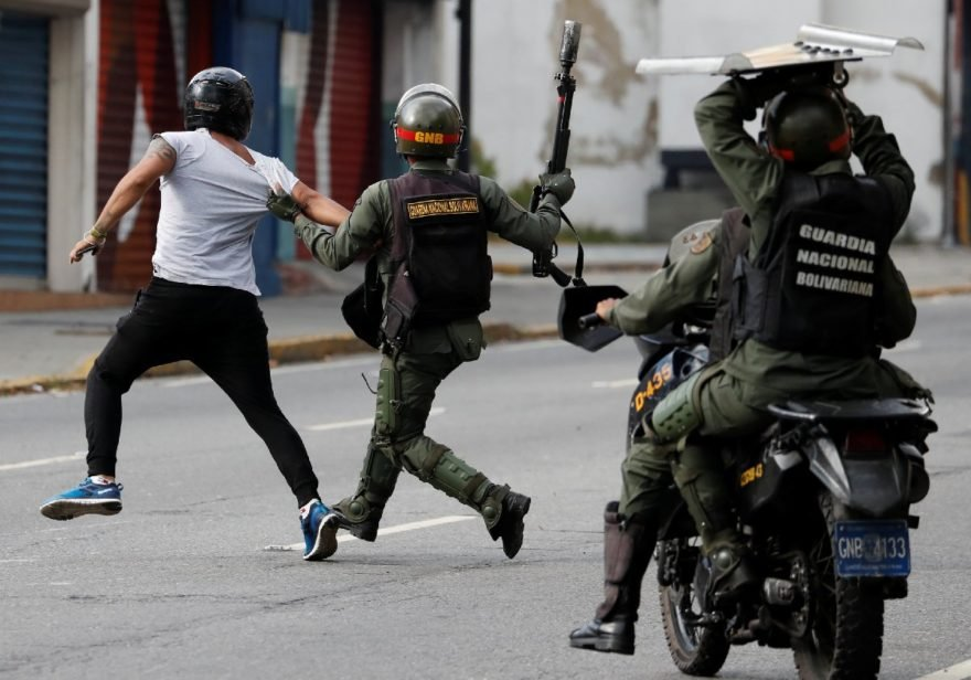 Caracas'ta Maduro karşıtı göstericiler polisle çatıştı.