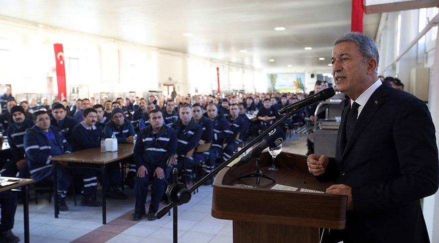 """Milli Savunma Bakanı Hulusi Akar, Genelkurmay Başkanı Orgeneral Yaşar Güler ve Hava Kuvvetleri Komutanı Orgeneral Hasan Küçükakyüz, """"teknoloji çınarı"""" olarak nitelendirilen 1. Hava Bakım Fabrikası işçileriyle bir araya geldi. fOTO AA"""