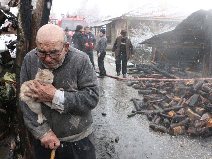 Evi yanan Ali Dede'nin fotoğrafı yaşam kategorisinde yılın fotoğrafı seçilmişti. AA