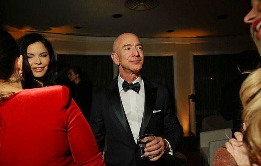 New York Times'ın servis ettiği fotoğrafta ise Sanchez ile Bezos'un hafta sonu gerçekleşen Altın Küre ödülleri sonrasında düzenlenen Amazon'un partisine katıldığı görülüyor.