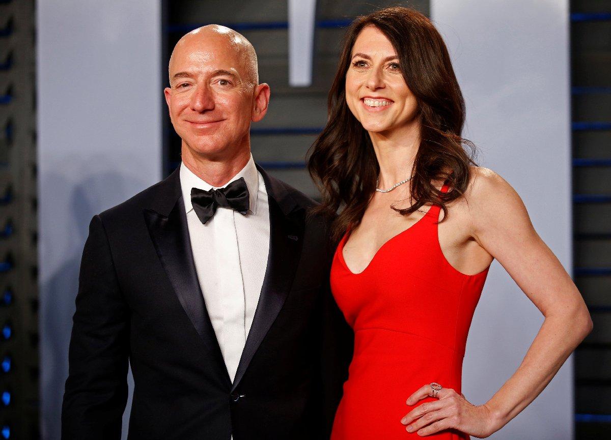 Eşiyle sık sık davetlerde boy gösteren Bezos en son senatör John McCain'in cenaze töreninde kamera karşısına geçmişti.