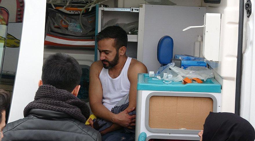 Yaralılar olay yerine gelen ambulansla hastaneye kaldırıldı. Foto: DHA