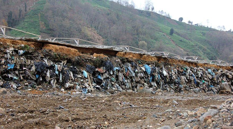 Çöp yığınları yol çalışmalrı yada sel suları ile ortaya çıkıyor. Foto: DHA