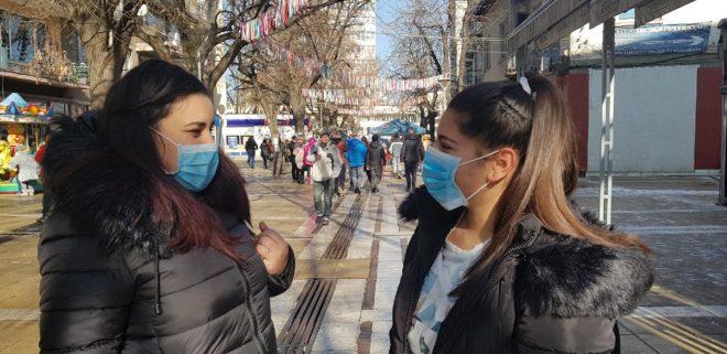 Vatandaşlar sokağa maske takarak çıkıyor.