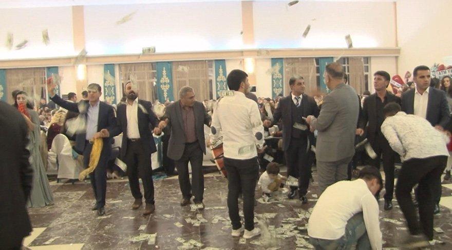 Düğünde dolarlar havada uçuştu. Foto İHA