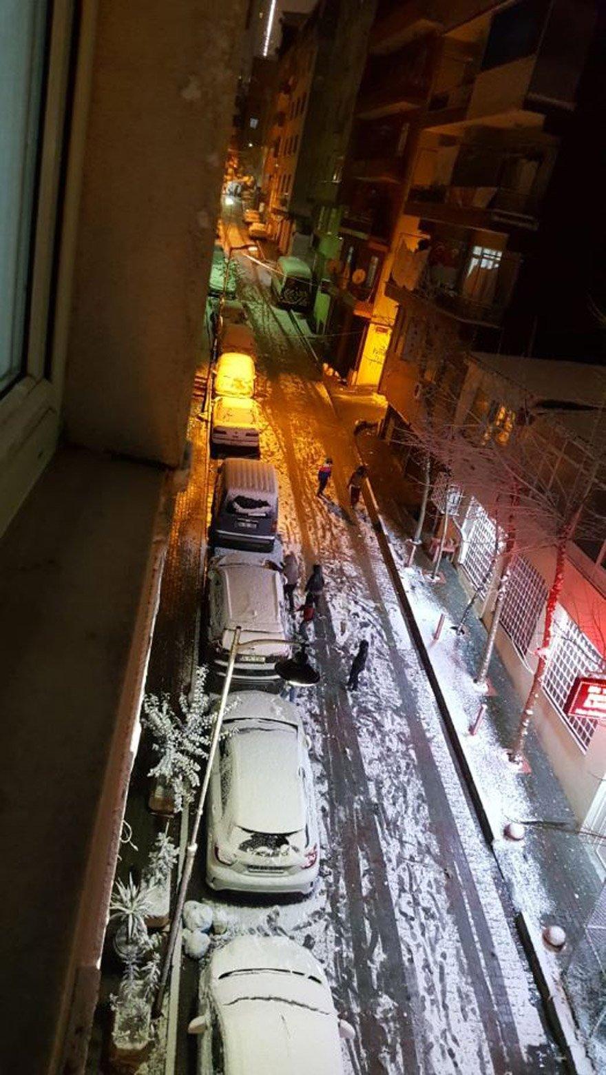 Kar yağışını gören çocuklar kendilerini sokağa atarak karın tadını çıkardılar.