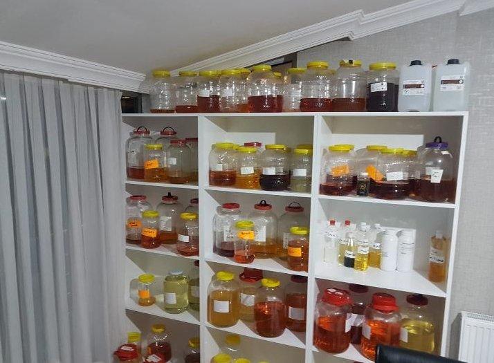 Kaçak imalathaneye dönüştürülen ev adeta bir kimya laboratuvarını andırıyor. Foto: AA