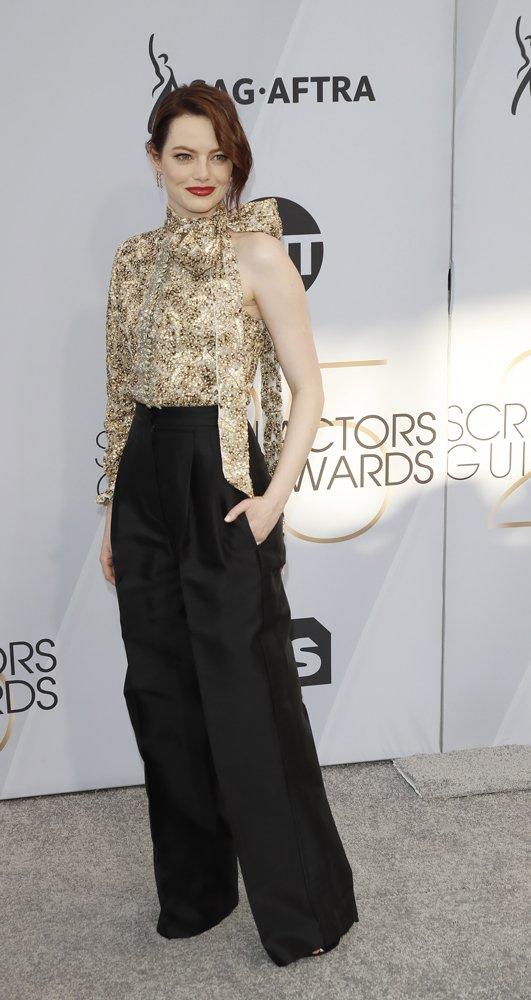 Son dönemlerde kırmızı halıda pantolon giyme trendine uyan ünlü oyuncu Emma Stone Louis Vuitton kıyafetiyle oldukça şık ve sade bir görünüm elde etmiş.