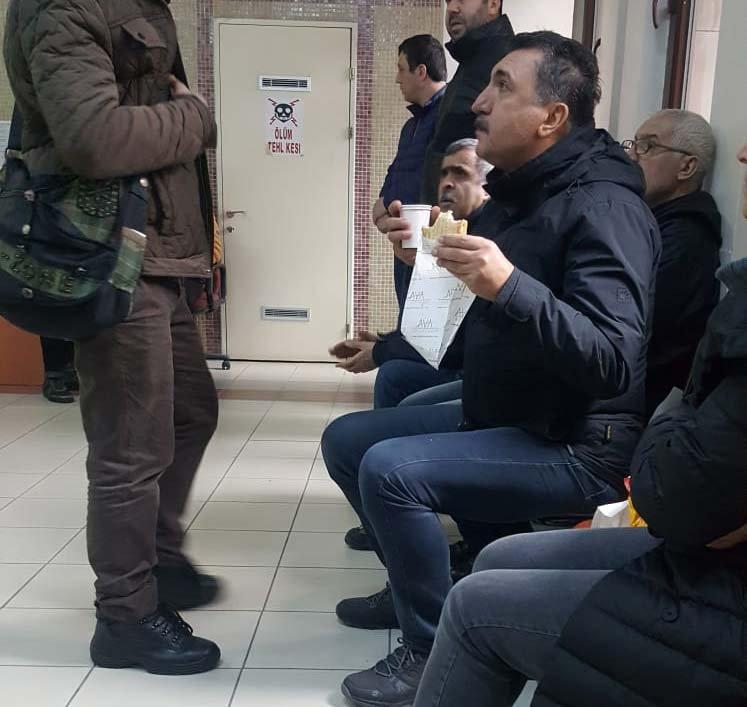 FOTO:SÖZCÜ - Ferhat Tunç, kahvaltısını, adliye koridorunda ifade vermek için beklerken yaptı.