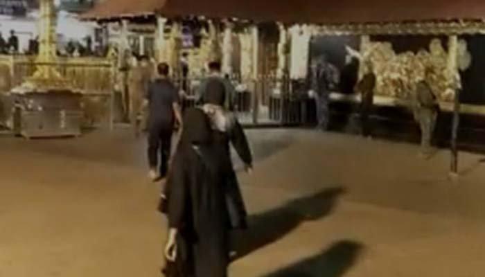 Yerel basında yer alan görüntülerde iki kadın tapınağa girerken görülüyor.