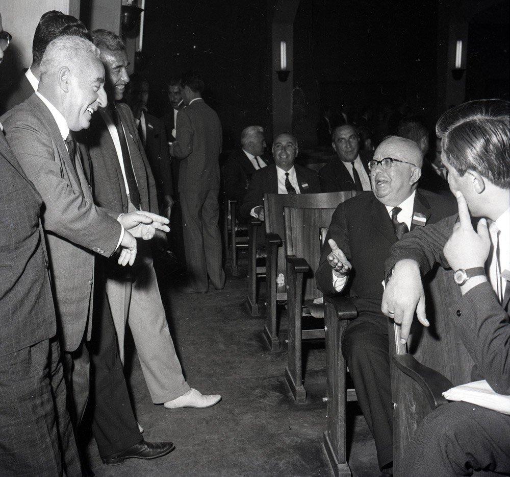 FOTO:depophotos - 1963 seçimlerinde AP adayı Eroğan istifa etmeyince yerine sandıktan ikinci sıradan çıkan CHP'nin adayı Haşim İşcan (ortadaki) İstanbul Belediye Başkanlığına seçilmişti.