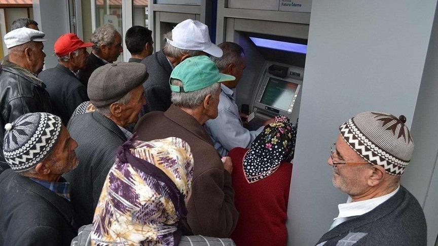 Emekli maaşı hesaplama sistemi… Zamlı emekli maaşları hesaplara yatmaya başladı!