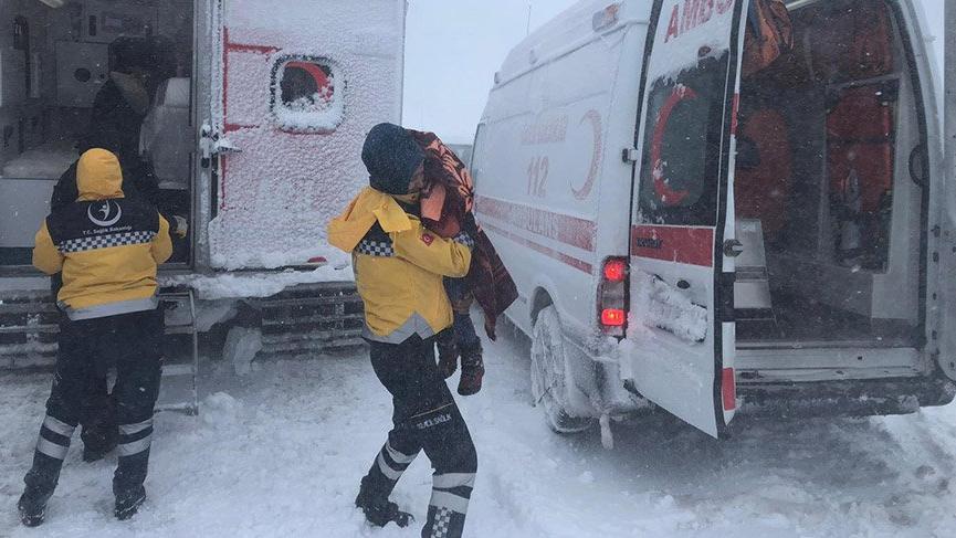 Yolda kalan aileyi 112 ekipleri donmaktan kurtardı