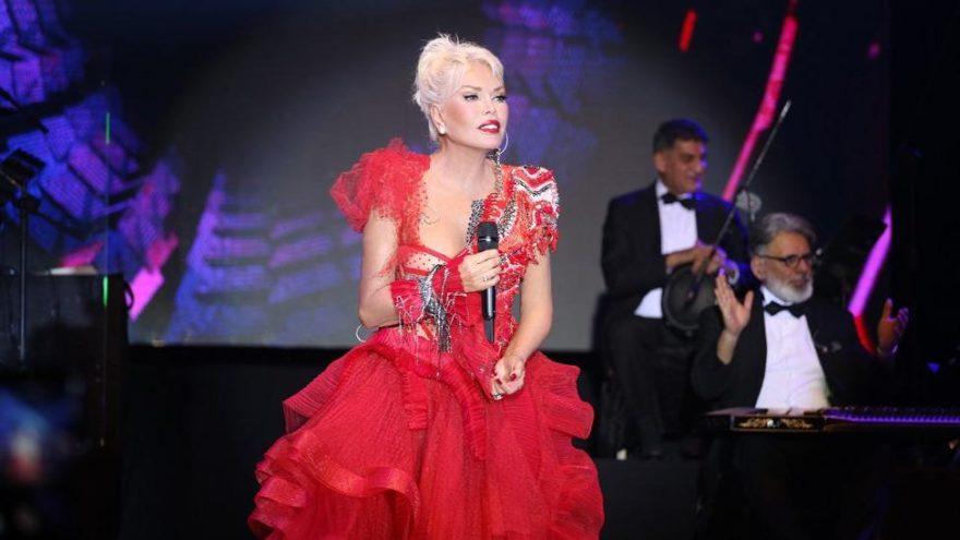 Ajda Pekkan 300 bin TL'lik elbisesiyle sahne aldı