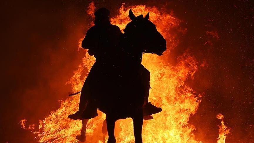 Atları sağlıklı olsun diye ateşten geçiriyorlar
