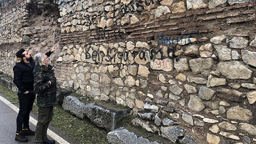 2 bin yıllık surlara sprey boyayla yazı yazdılar