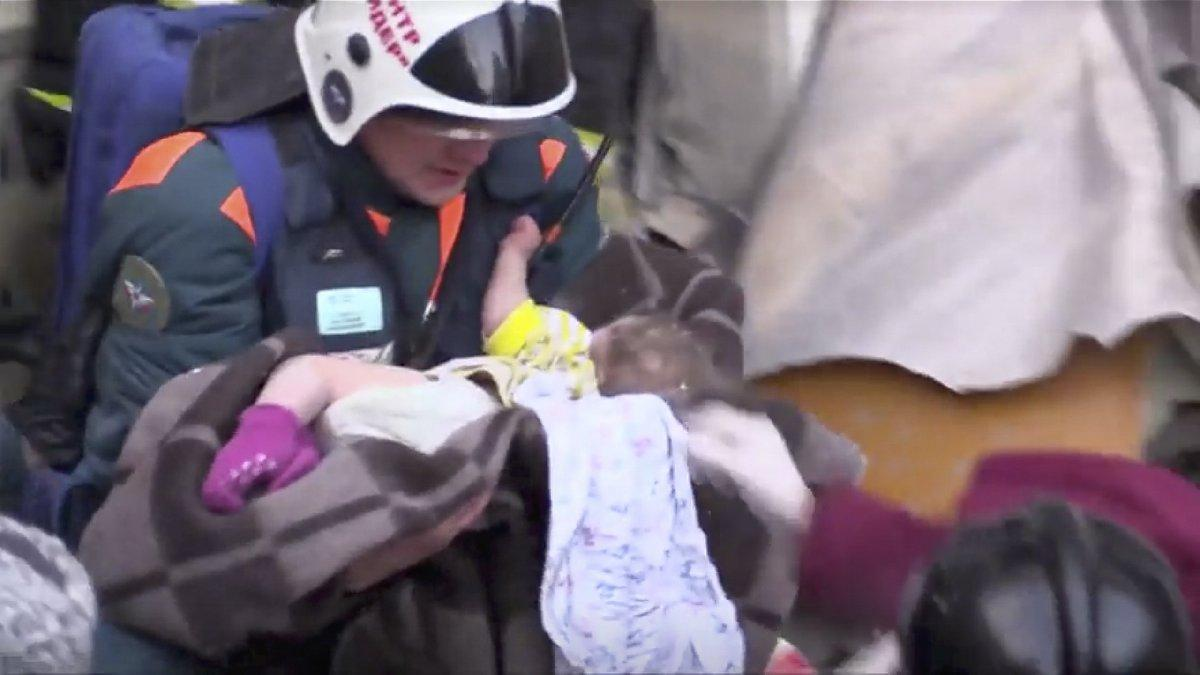 Bunun adı mucize! 10 aylık bebek 35 saat sonra enkazdan canlı çıktı