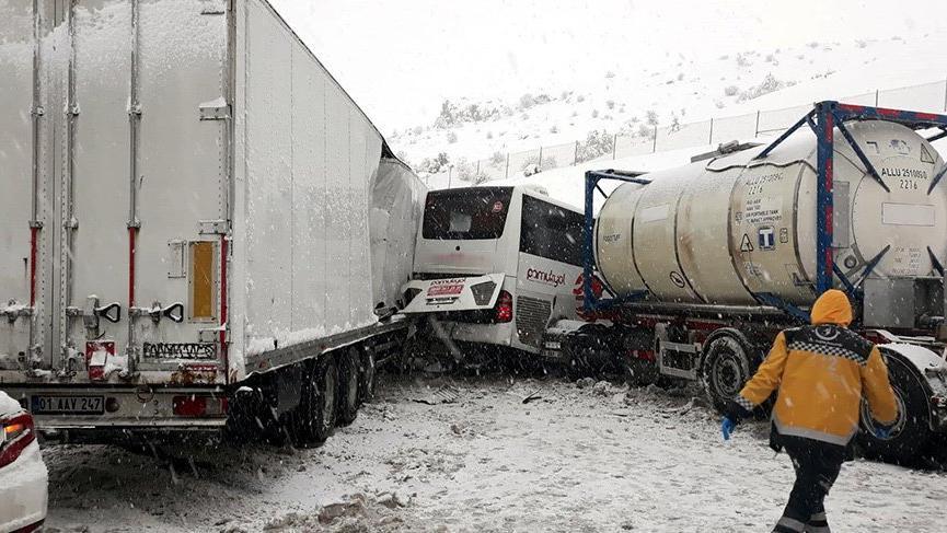 Bolu'da kar nedeniyle çok sayıda kaza meydana geldi