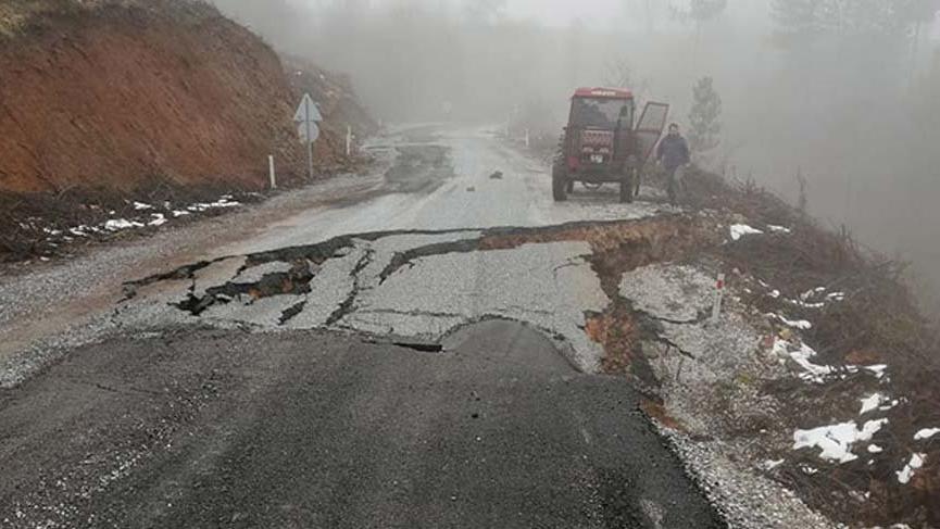 Bursa'da yol çöktü ulaşıma kapatıldı