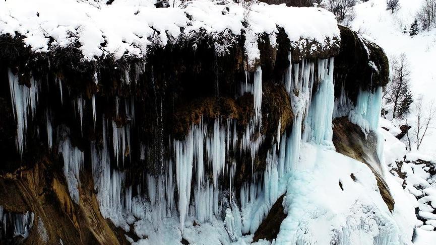 Dipsiz Göl Şelalesi'nde turkuaz buz sarkıtları oluştu
