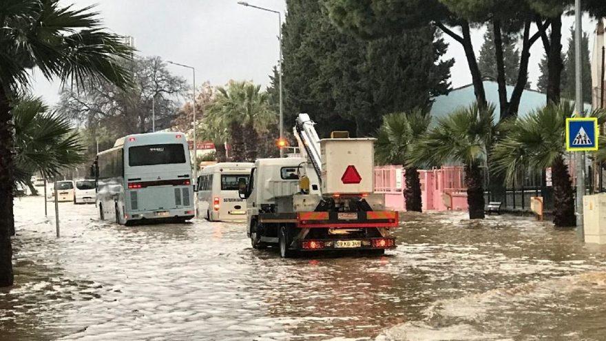 Yağmur ve fırtına esir aldı! Meteoroloji'nin uyardığı yağmur fırtınası Ege ve Akdeniz'i vurdu…