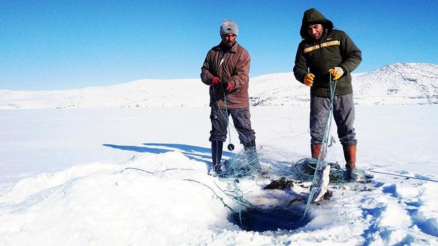 Donan Çıldır Gölü'nde Eskimo usulü balık avı