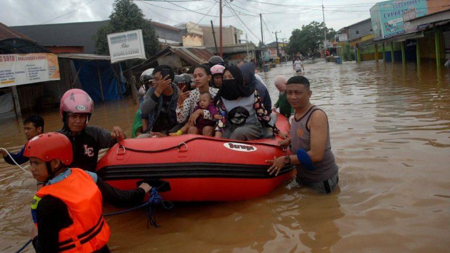 Endonezya'da sel felaketinde ölü sayısı artıyor