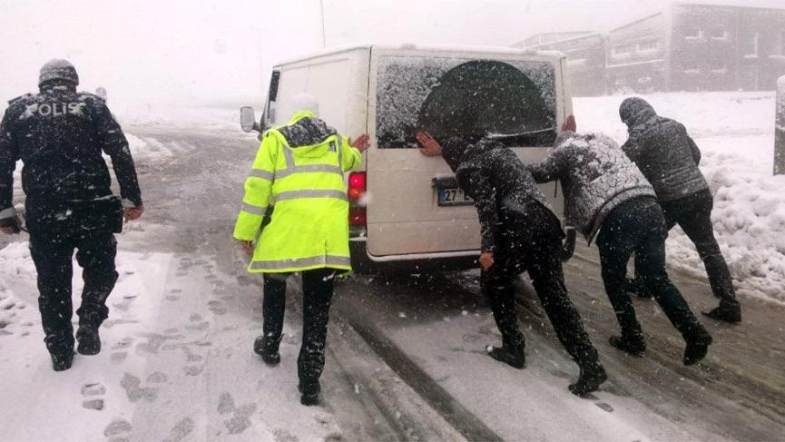 Kar ve soğuk hava nedeniyle bazı yollarda ulaşım zorluğu yaşanıyor