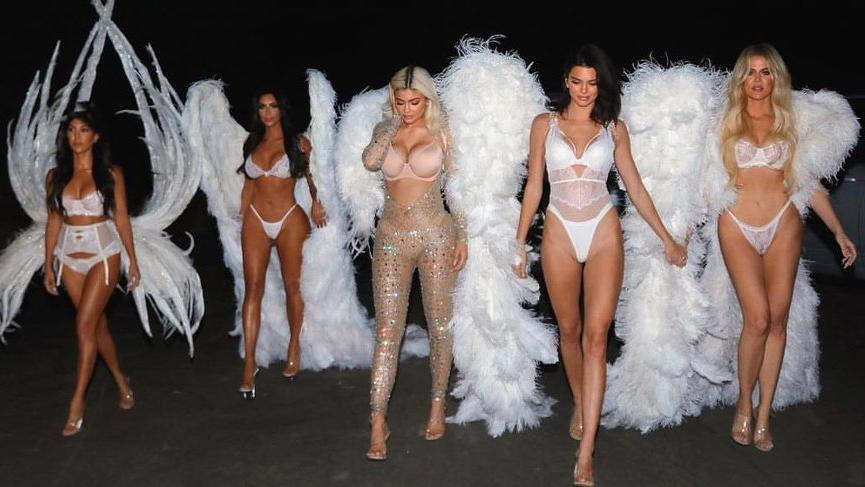 Kim Kardashian ve kardeşlerinin podyum yürüşüyü