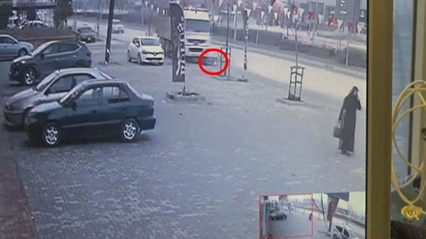 Kamyon kaldırımda yürüyen Suriyeli genci ezdi, o anlar kameralara yansıdı