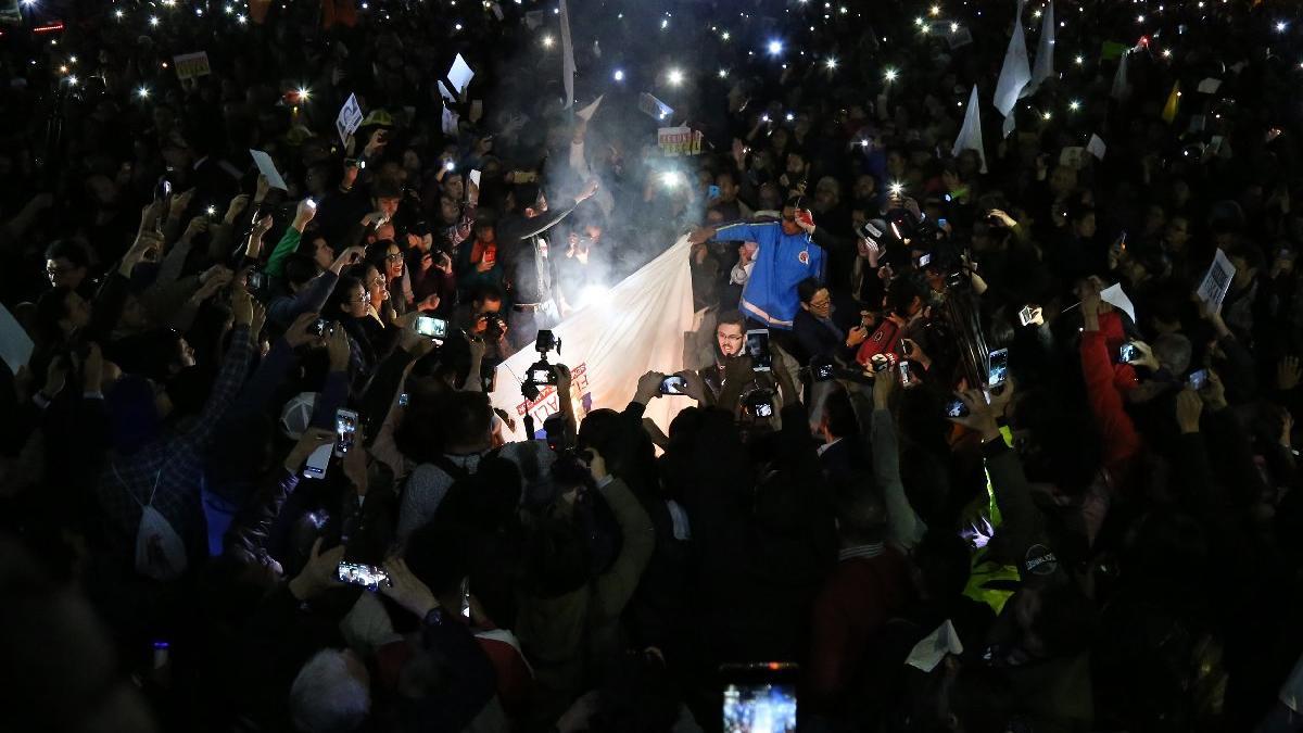 Kolombiya'da yolsuzluğa isyan! Tüm ülke geceyi sokakta geçirdi