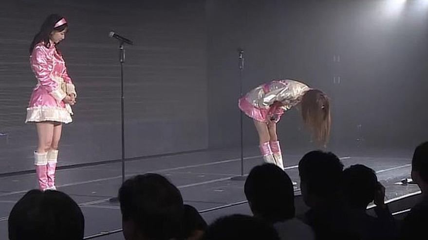 Ünlü şarkıcıdan şaşırtan hareket… Sahnede hayranlarından özür diledi