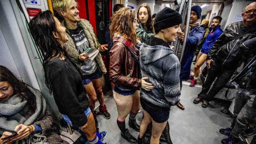 Sabah görenler gözlerine inanamadı… Pantolonu indiren metroya bindi!