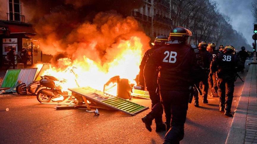 Sarı yelekliler gece yine sokaklardaydı! Paris yanıyor