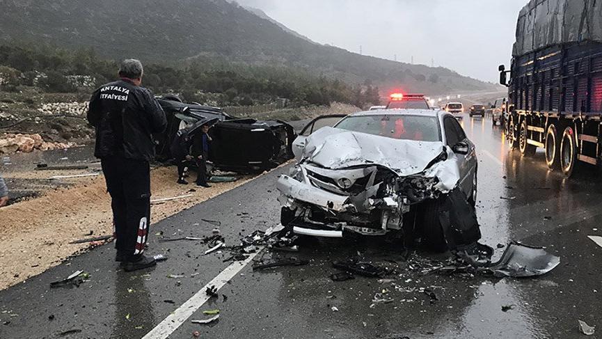 Antalya'da 4 araç birbirine girdi: 1 ölü, 6 yaralı
