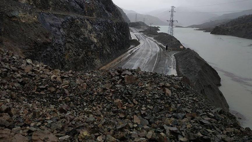 Yağmur heyelana neden oldu, otomobil toprak altında kaldı