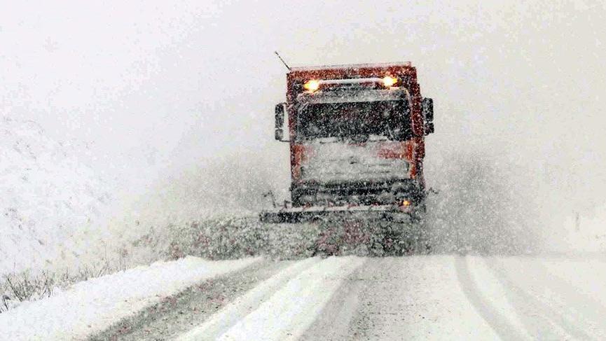 Türkiye'de kar esareti! Yollar kapandı, vatandaşlar mahsur kaldı