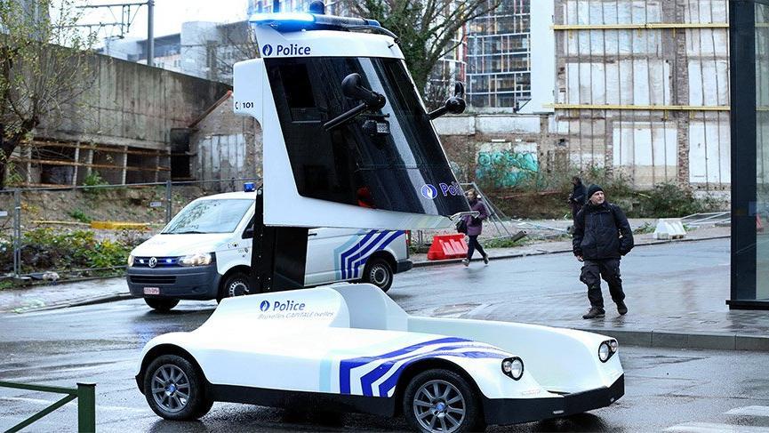 Protestoyu takip eden polis aracı tasarımıyla dikkat çekti