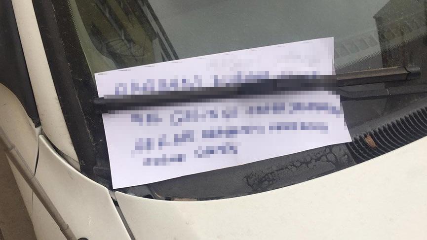 Otomobilin sileceğine bırakılan yazıyı gören dönüp bir daha bakıyor!