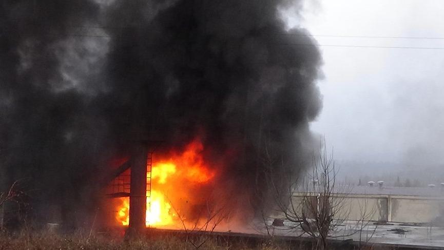 Fabrikada yangın! İtfaiye ekipleri hastaneye kaldırıldı