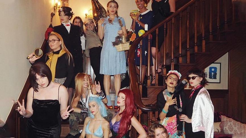 Taylor Swift evinde kostüm partisi verdi