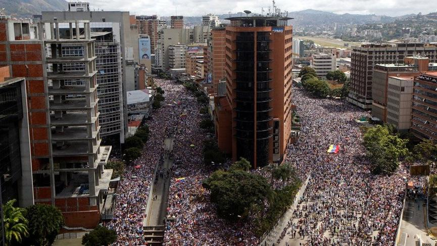 Venezuela'da muhalefetle iktidar aynı anda sokağa inecek