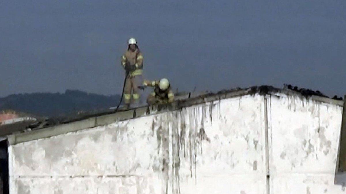 Yangına müdahale eden itfaiyeci kırılan çatıdan içeri düştü